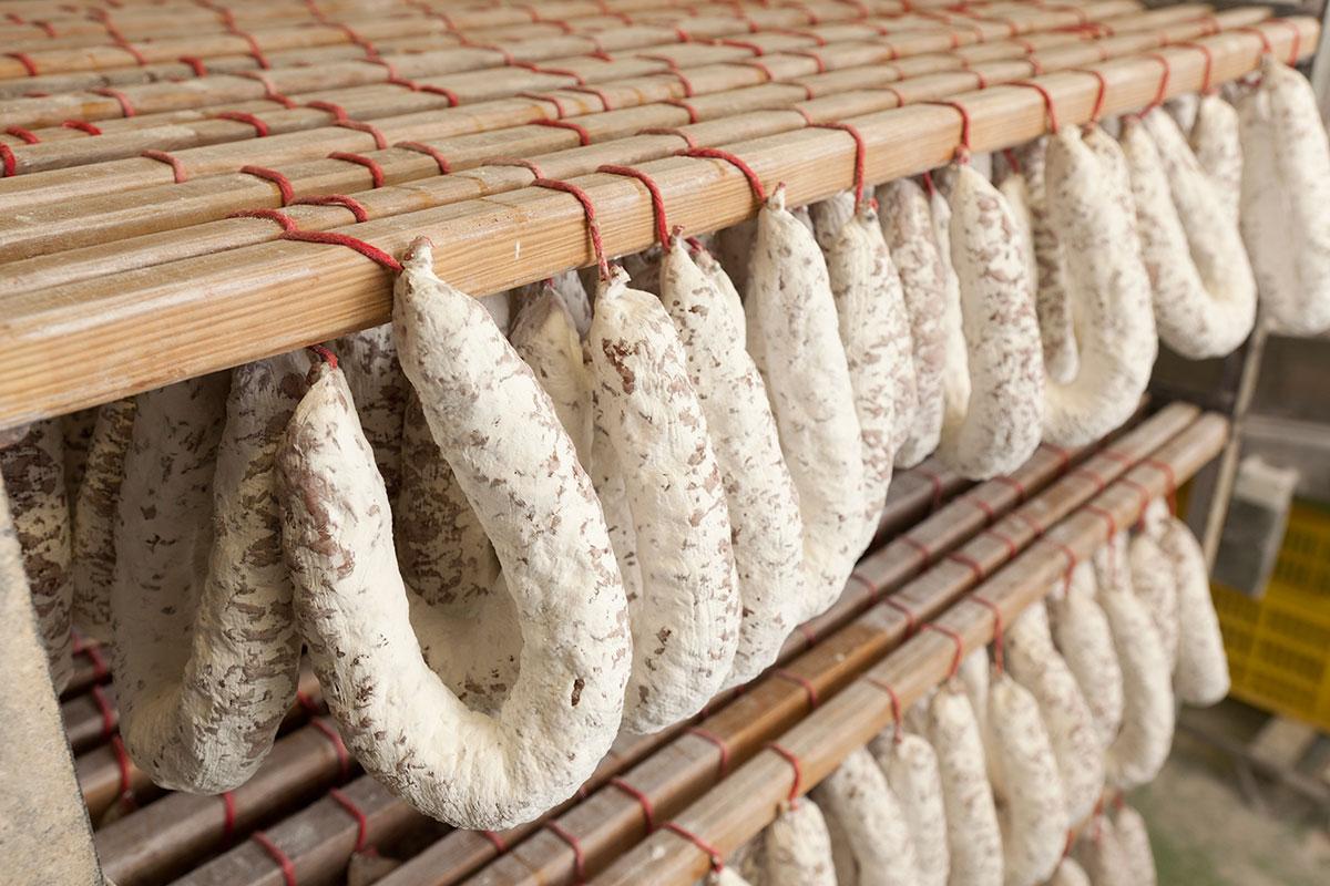 Salami und Schinken hängen bei Aoste einfach ein paar Wochen ab